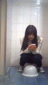 偷拍女大學生上廁所,別滑手機了下面都還沒擦呢!