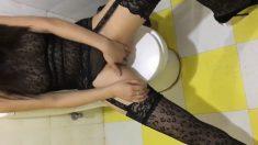 極品網紅美女穿著性感黑絲吊帶在洗手間扣穴自慰時被猛男發現,掏出雞巴就往嘴裡放,爆了一嘴