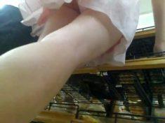 超市裏陪同學買面包的粉裙長腿大學妹,透過性感小粉內