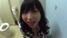 大學的女助教在學校廁所幫我口交最後口爆