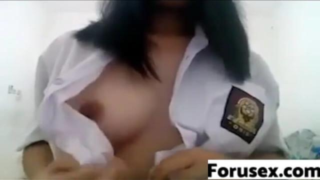 印尼制服學生妹,在自已的房間脫衣摸乳自慰手淫