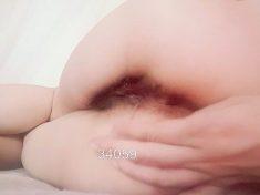 一名女大學生正在尋找一名男子毆打她流著淫水的屁股