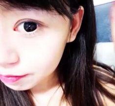 她的挑逗眼睛非常漂亮,下面沒有穿在自慰