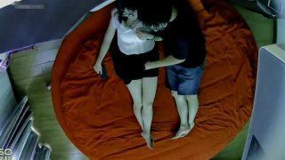 偷拍一對都帶眼鏡的小情侶在情趣房的大紅床上啪啪,女的好騷好主動,幹完在床上直接吃東西