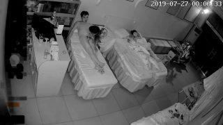 8月最新流出破解美容院攝像頭,偷拍夫妻經常趁女兒熟睡時啪啪啪,女兒這麽大了應該用布簾隔開睡,女兒很害羞吧