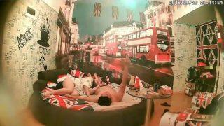 英國城市主題豪華圓床房,豐滿小情侶操完逼就吃東西吃完又操